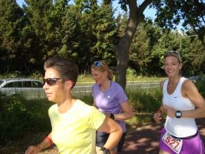 Så er vi i gang. Henriette Lisse, Marie Hjort og Fie Kemplar. Marie og Fie på en halvmarathon - De laver deres første halve ironman den 1. juli