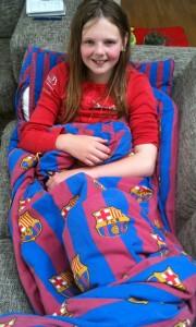 Emilie slapper af i sofaen efter lejrtur - en super tur, men trættende.