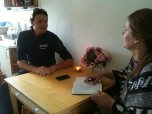 Jeg bliver interviewet af Luise Thomsen, der skriver en artikel til