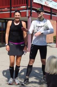 Annette Fredskov og Andreas H. Petersen i mål efter Vestegnsmarathon. Dejligt at blive modtaget af flag og klapsalver fra Andreas' familie.