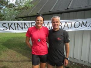 I mål efter 42,2 km. Et af sommerens sidste Skinnermaraton. Her står jeg med arrangør Leif Skinnerup.
