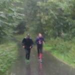 Jakob Lagersted stod og heppede i regnvejr i skoven. Det er min far som løb to runder med mig :-)