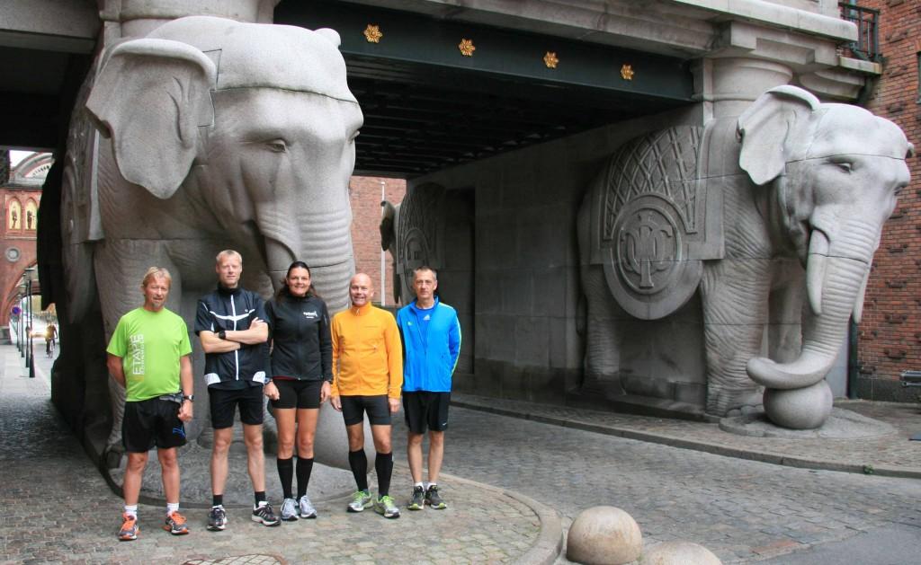 Tony Gren, Brian Greve-Rasmussen, Annette Fredskov, Carsten Dahl, Carsten Jensen foran Carlsbergs flotte Elefantport