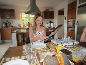 Morgenbord med fødselsdagsgaver og hygge