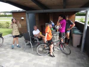 Søren Boserup er kommet i mål. Emilie og Viktor gør klar til at cykle med på min og Hennings sidste runde.