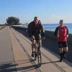 Løbsarrangør Jerk W. Langer på cykel og Claus Ø