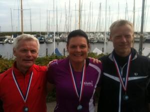 Preben Poulsen, Annette Fredskov, Brian Greve-Rasmussen på Skovshoved Havn. I mål efter 42,2 km med udsigt over Øresund