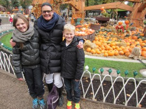 Halloween i Tivoli. Jeg står imellem mine guldklumper - Emilie og Viktor