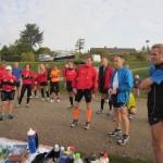 Henriette Lisse byder velkommen til de mange løbere. Vi var 30 marathonløbere til start.
