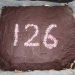 Vi glæder os til kagen, og jeg kan afsløre, at den var værd at vente på. Den smagte ligeså godt, som den ser ud. Tak til Bodil :-)
