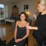 Julie Holst lægger en diskret makeup