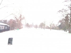 Det er hvidt derude. I morges var det snevejr ved Damhussøen, men det stoppede heldigvis undervejs