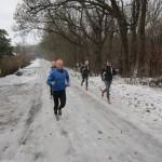 Fire lokale hurtige løbere har taget føringen. Her på et svært stykke med is.